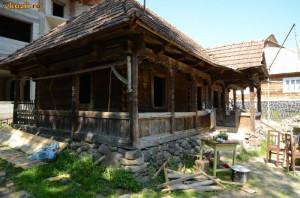 Vand casa veche din lemn masiv  ( stil maramuresean ) foto