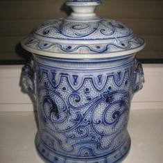 Arta Ceramica - Splendid vas vechi cu capac din ceramica marcat W model Delft cu model deosebit si laterale cu capete de animal.