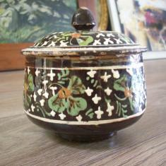 Arta Ceramica - Vas vechi din lut Transilvan, pentru unt din perioada 1900.Inalt:13, 5.Diam, 12cm