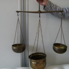Deosebita balanta din alama aurita, suspendata, veche cu trei talere, provenienta Franta, de colectie/decor. - Cantar/Balanta