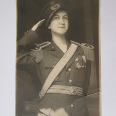 Fotografie veche - RARA!FOTO DOAMNA OFITER IN UNIFORMA DE GALA/PARADA CU DECORATII 1933