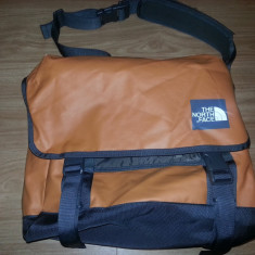 The North Face Base Camp Medium Messenger laptop Bag geanta de umar 00500 - Imbracaminte outdoor The North Face, Marime: M