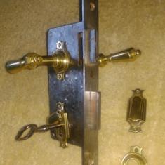 Metal/Fonta - Set clanta cu ornamente si yala functionala Biedermeier de sec XIX.