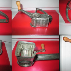 Metal/Fonta - Muli Grater France-patent USA- Masina Rasnita nuca veche metalica.
