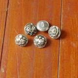 Lot 5 bucati - nasturi din metal / model floral trandafir !!!