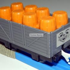 TOMY - Thomas and Friends - TrackMaster-Vagon gri incarcat cu butoaie portocalii - Trenulet de jucarie Tomy, Plastic, Unisex