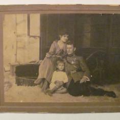 GE - Fotografie foto veche familie ofiter roman decorat, Alb-Negru, Militar, Romania 1900 - 1950