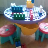 Masuta LEGO cu doua scaunele plastic si 18 piese Lego